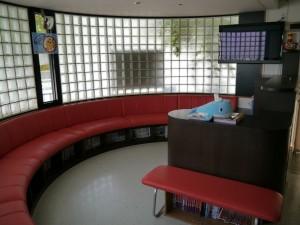 ③待合室です。漫画本や大型テレビが置かれています。